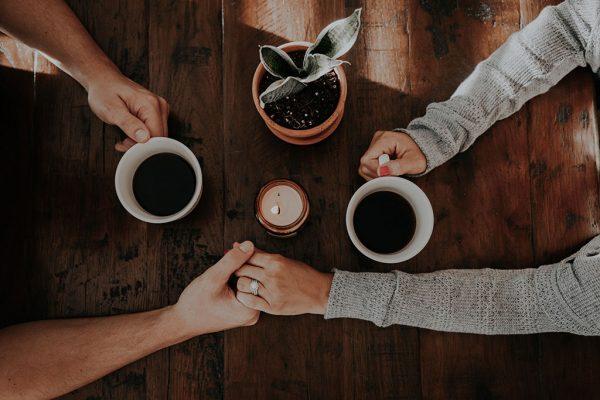 7 راز زوج های موفق (چگونه یک زندگی عاشقانه بادوام داشته باشیم؟)  مطالب مفيد مرتبط couples2 600x400